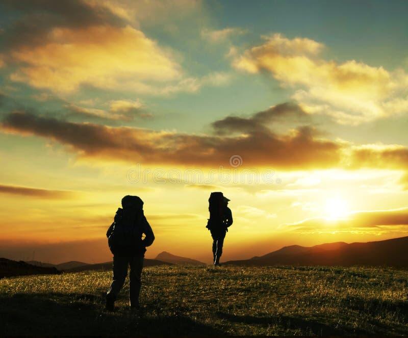Wanderung auf Sonnenuntergang stockbild