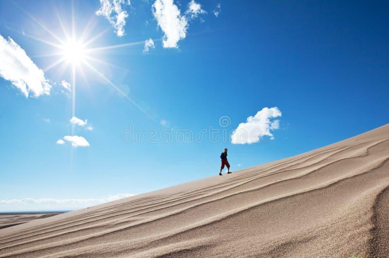 Wanderung in der Wüste lizenzfreie stockbilder