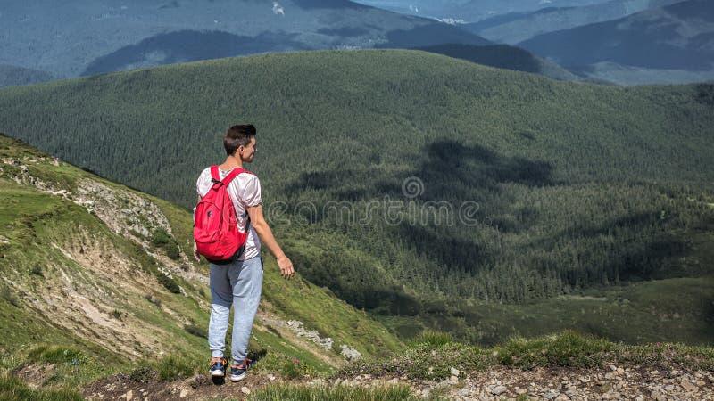 Wanderung des Mannreisenden im Freien mit Rucksackwegen außerhalb des Aufstiegs in den Bergen, Sommerwaldplatz für Text stockbilder