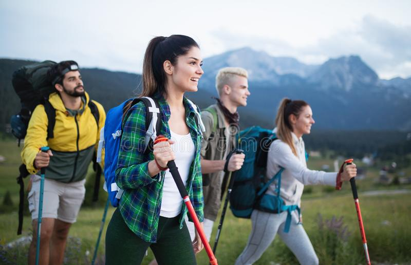 Wanderung, die Bestimmungsort-Erfahrungs-Rucksack-Lebensstil-Konzept wandert lizenzfreies stockbild
