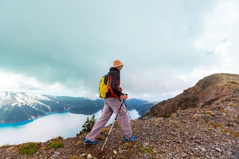 Download Wanderung in Kanada stockfoto. Bild von hügel, spitze - 90226874