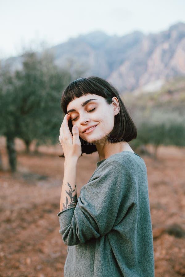 Wanderungen der recht jungen Frau im Nationalpark stockfoto
