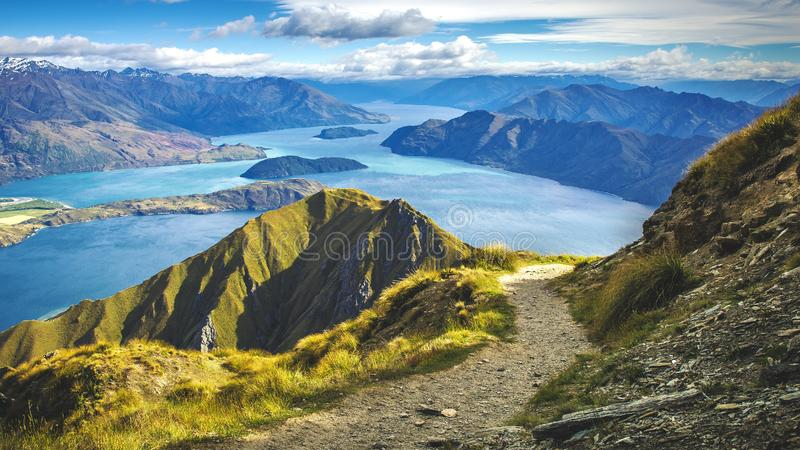 Wanderweg auf Berg über Seelandschaft, szenische Wanderungsansicht über See wanaka in Neuseeland, roys Spitze stockbild