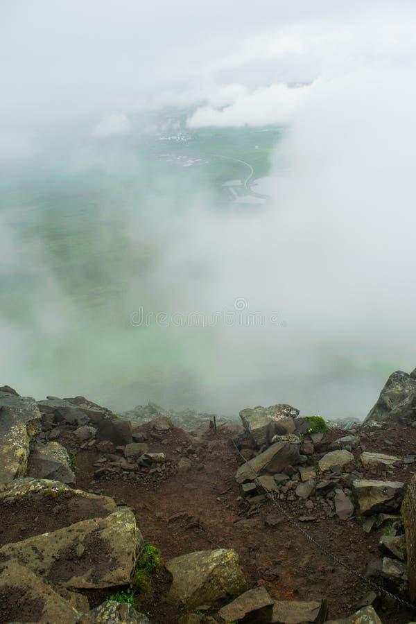 Wanderweg auf Berg Esja über den Wolken lizenzfreie stockfotografie