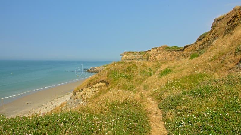 Wanderweg auf einem Gebiet auf den ciffs entlang dem Strand vor der französischen Northe-Seeküste, mit der Stadt von Wiemereux im lizenzfreies stockfoto