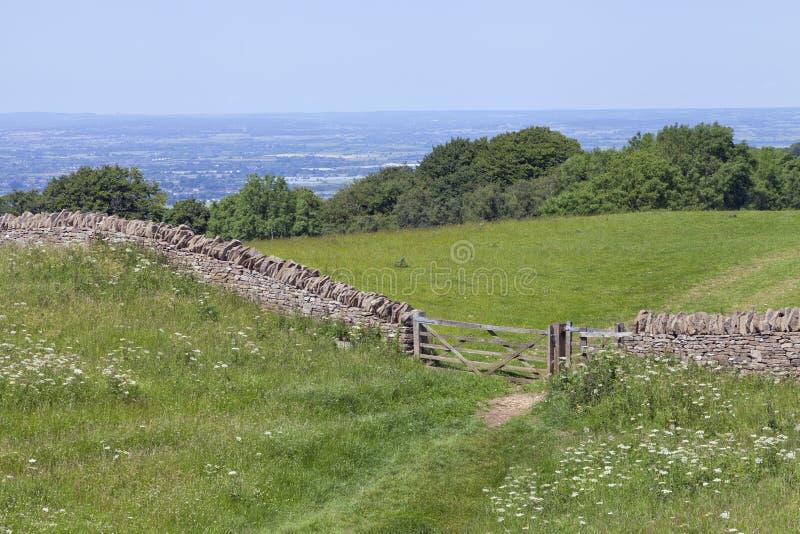 Wanderweg durch englische Landschaft lizenzfreie stockfotos