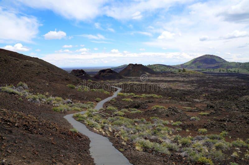 Wanderweg entlang einer Kette von vulkanischen Asch- und Spritzenkegeln lizenzfreie stockbilder