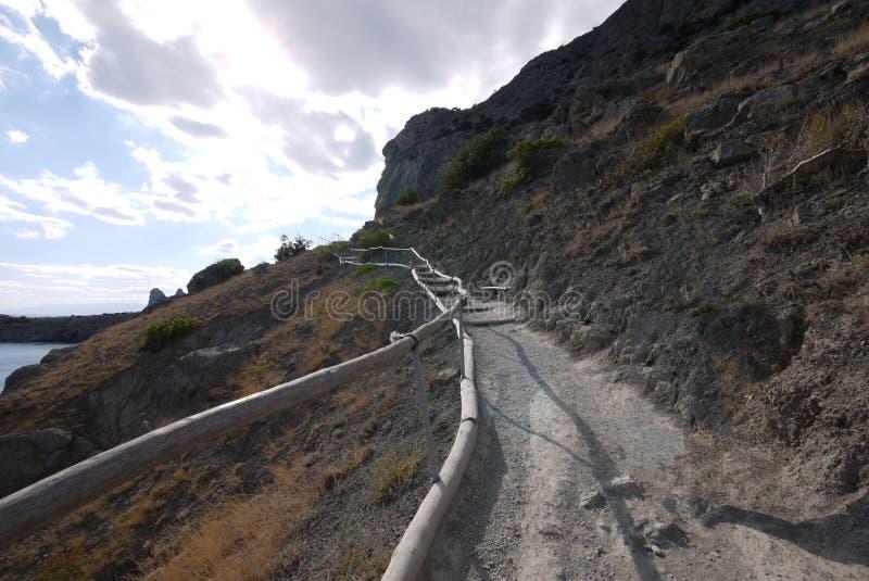 Wanderweg mit dem Geländer, zum den Hügel hinaufzugehen, die Seepanoramas anzusehen stockbild