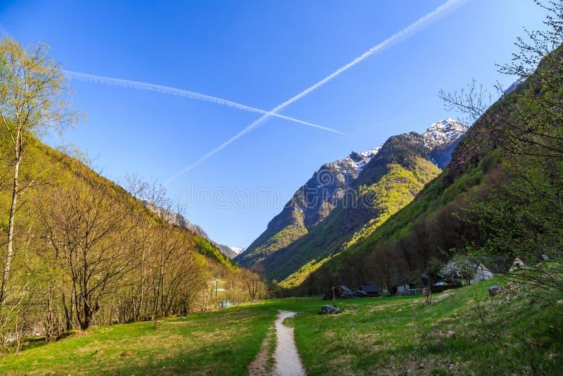 Wanderweg nah an dem Fluss Valle Verzasca stockfoto