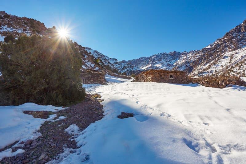Wanderweg zur Spitze des Bergs Toubkal stockfotografie
