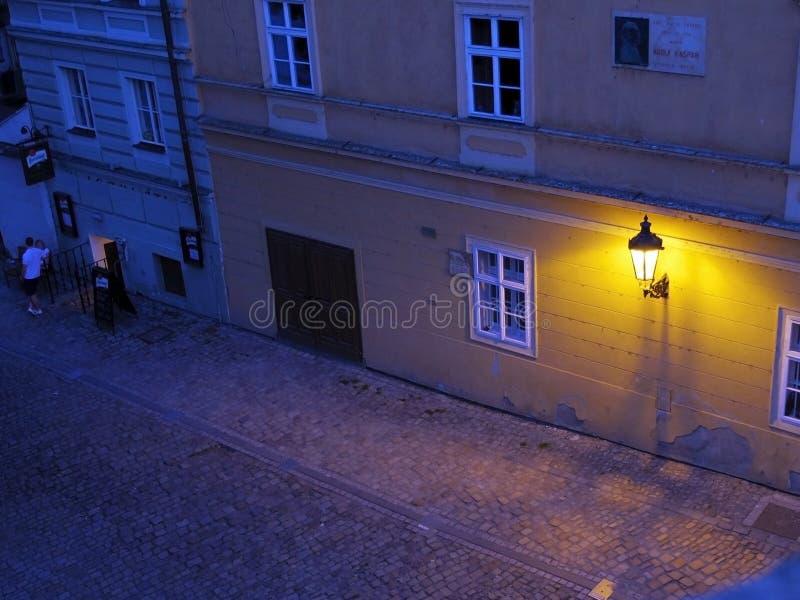 Wandlampe in der Straße stockfotografie