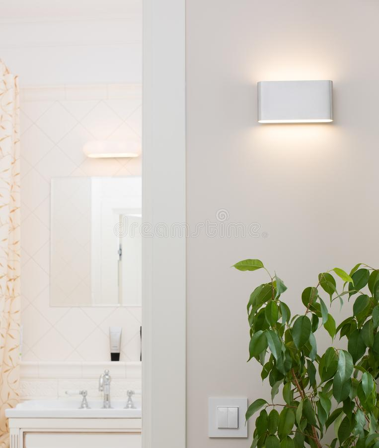Wandlampe in einem stilvollen hellen Innenraum stockbilder