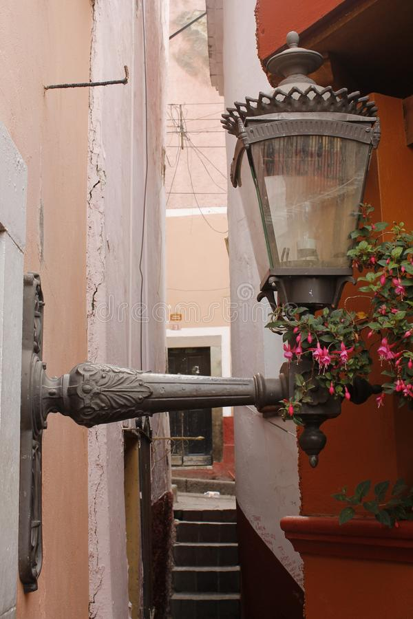 Wandlaterne in der Kussgasse 'Callejon Del Beso 'in Guanajuato-Stadt stockfotos
