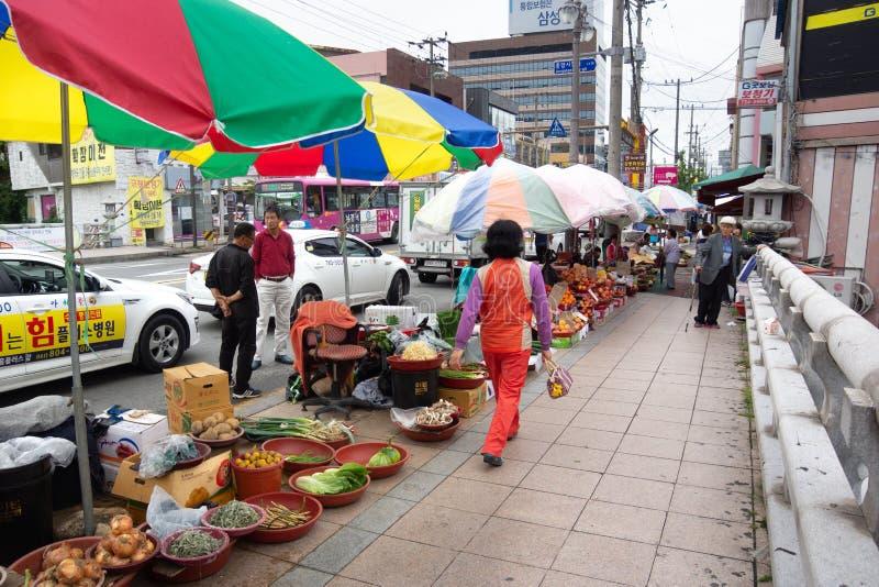 Wando/Korea-01 del sur 10 2016: Mujeres que se sientan en la calle y que venden verduras en pequeño mercado fotografía de archivo libre de regalías