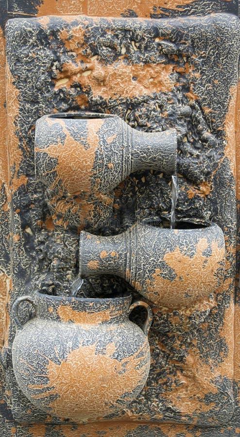 Wandtonwarenbrunnen stockbild