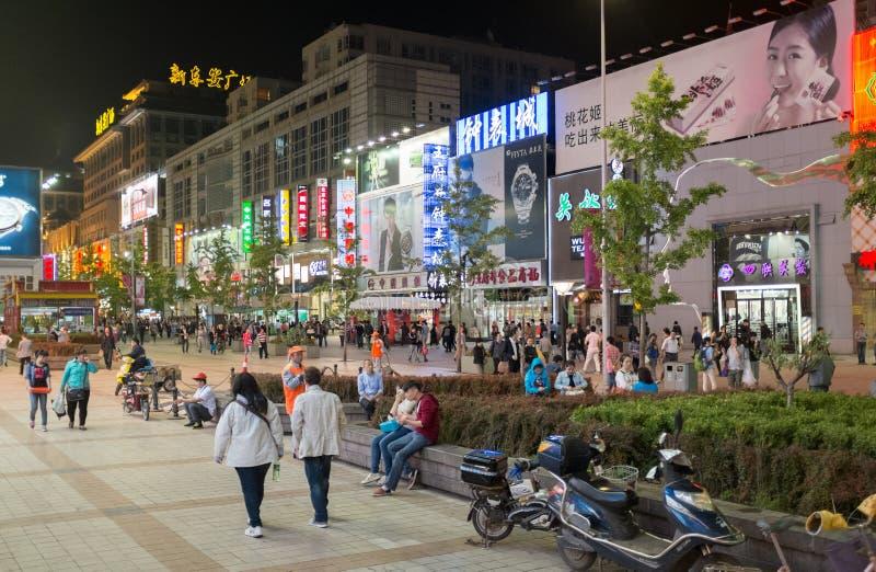 Wangfujing huvudsaklig gata på natten i Peking, Kina royaltyfri fotografi