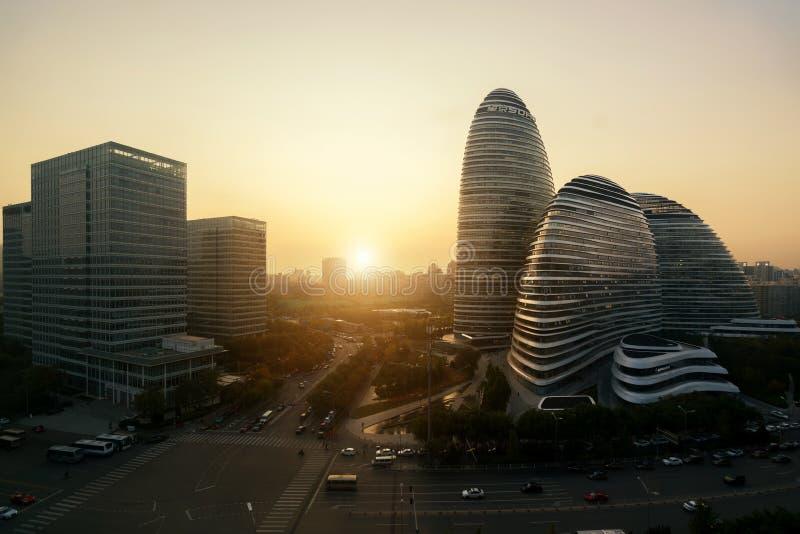 WangJing Soho affärsområde under solnedgång i Peking, Kina arkivbild