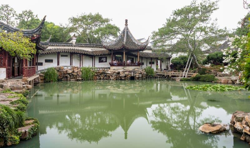 Wangshi trädgård med ett damm och paviljonger i Suzhou royaltyfria bilder
