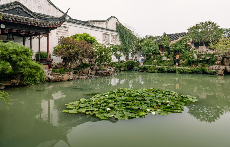 Wangshi trädgård med ett damm och paviljonger i Suzhou arkivfoto