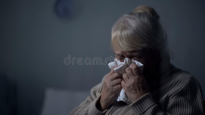 Wanhopig bejaard wijfje dat diep in donkere ruimte, armenhuiseenzaamheid, probleem schreeuwt stock afbeelding