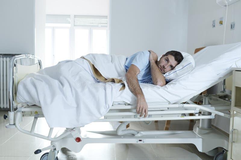 Wanhopige mens bij droevig en verwoest het ziekenhuisbed alleen lijdend aan depressie _ royalty-vrije stock foto's