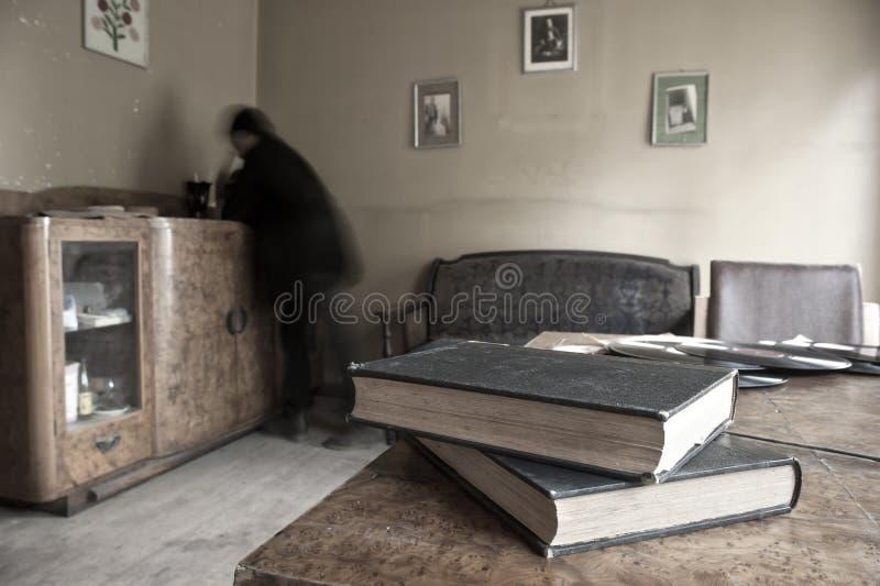 Wanhopige mens in een ruimte stock fotografie
