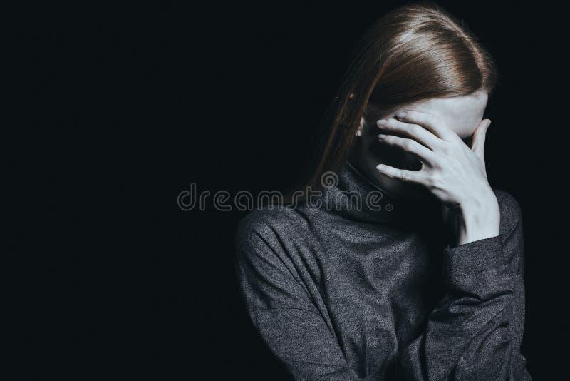 Wanhopige vrouw met bezorgdheid stock fotografie