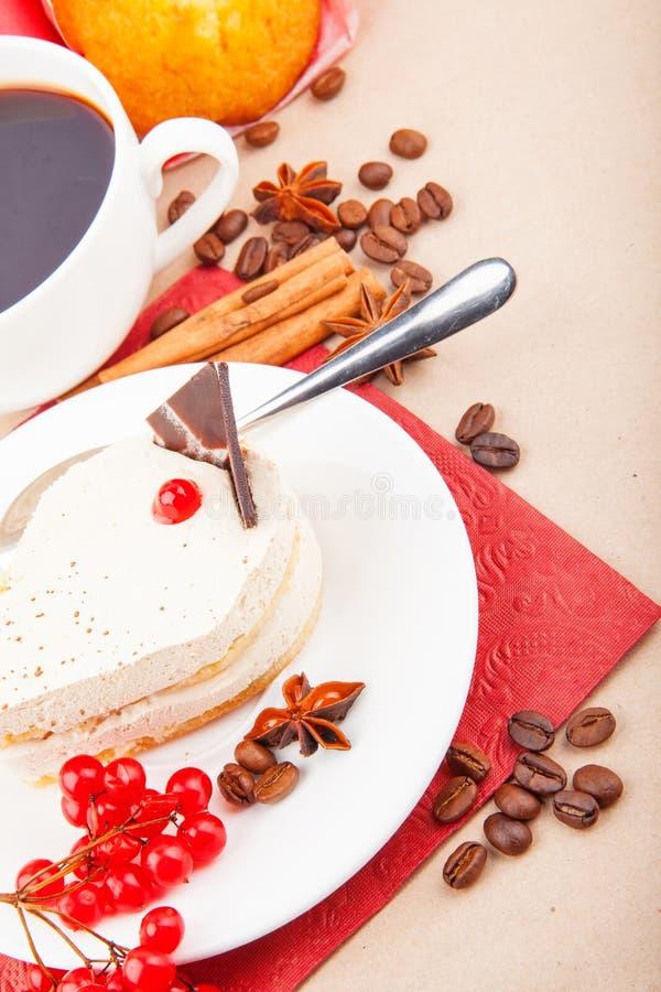 Wanilia tort z czerwonymi jagodami zdjęcia stock