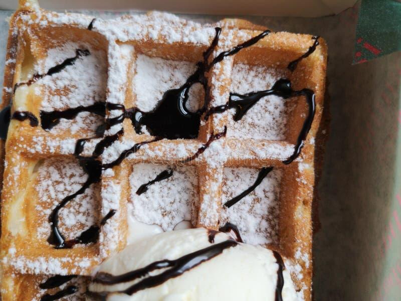 Waniliowy lody z czekoladowym kumberlandem w gofra ro?ku nad r??owym t?em fotografia royalty free