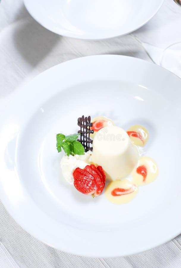 Waniliowy pudding z świeżymi truskawkami zdjęcia stock