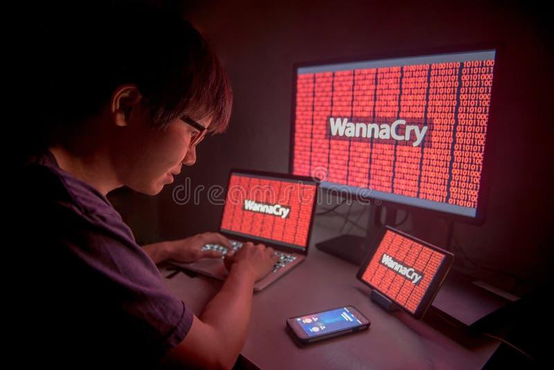 WannaCry-ransomware Angriff auf Gerätdesktopschirm lizenzfreie stockfotos