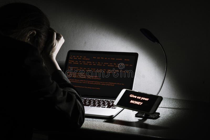 WannaCry-ransomware Angriff auf Tischplattenschirm, hanking Daten und Geldkonzept stockfotos