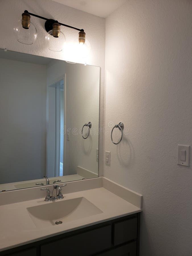 Wanne und Spiegel des Badezimmers in einem neuen Haus TX USA lizenzfreies stockfoto