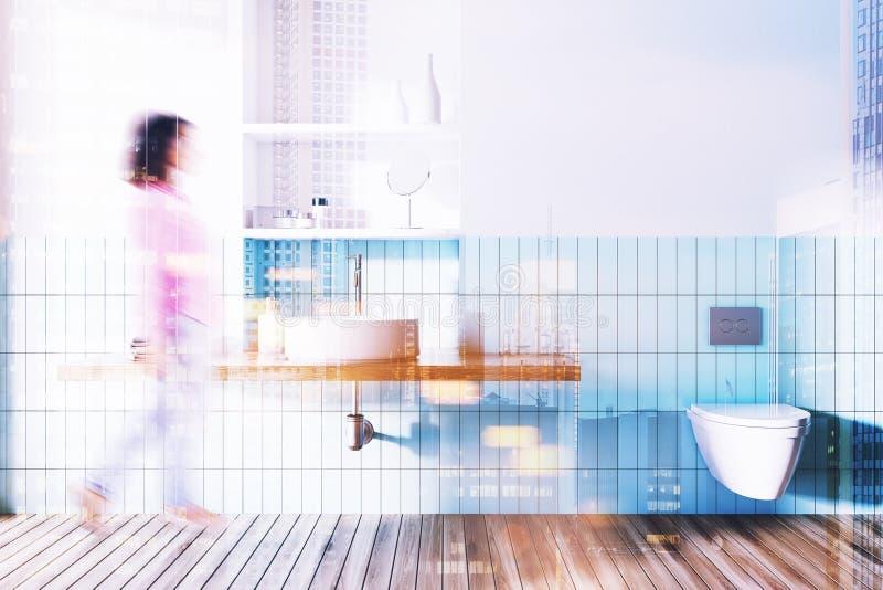 Wanne und Toilette in einem blauen und weißen Badezimmer getont stock abbildung