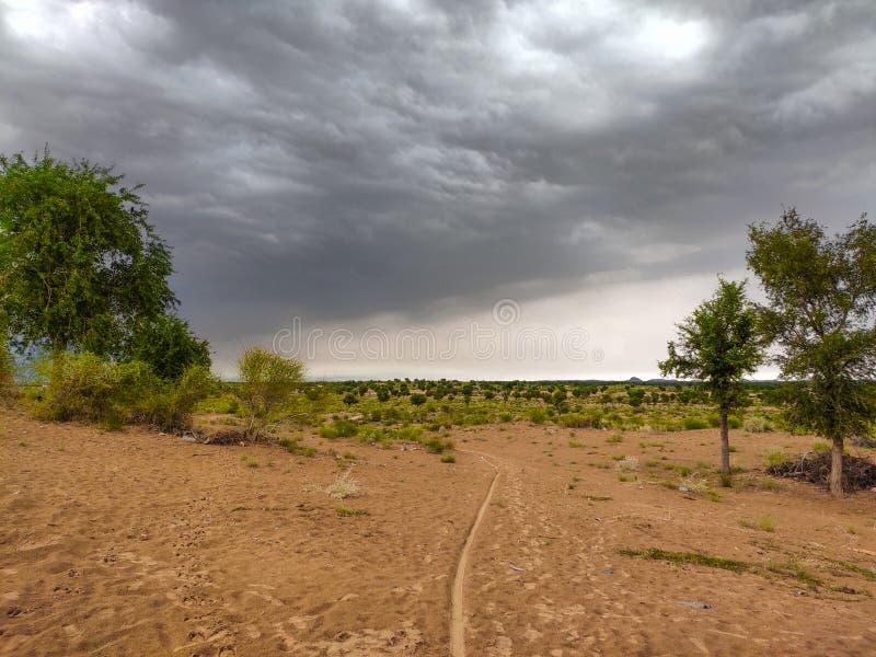 Wanneer de natuur zijn vorm verandert, worden alle meningen verloren ?Gezicht op de regentijd in Rajasthan royalty-vrije stock foto