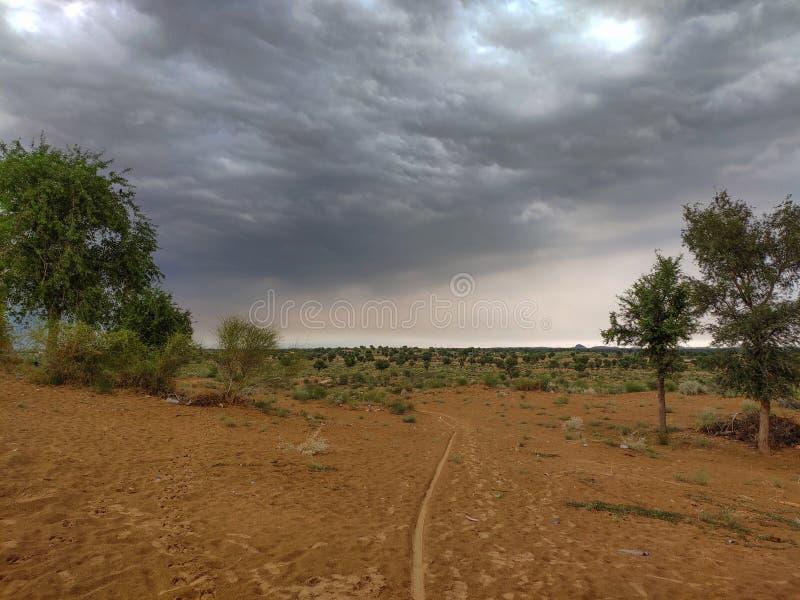 Wanneer de natuur zijn vorm verandert, worden alle meningen verloren ?Gezicht op de regentijd in Rajasthan royalty-vrije stock afbeelding