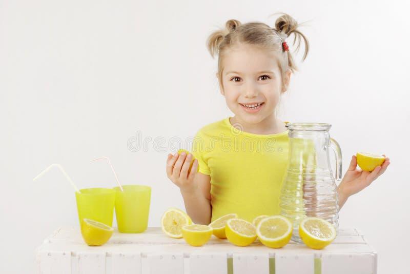 Wanneer het leven u geeft maken de citroenen een limonade royalty-vrije stock fotografie