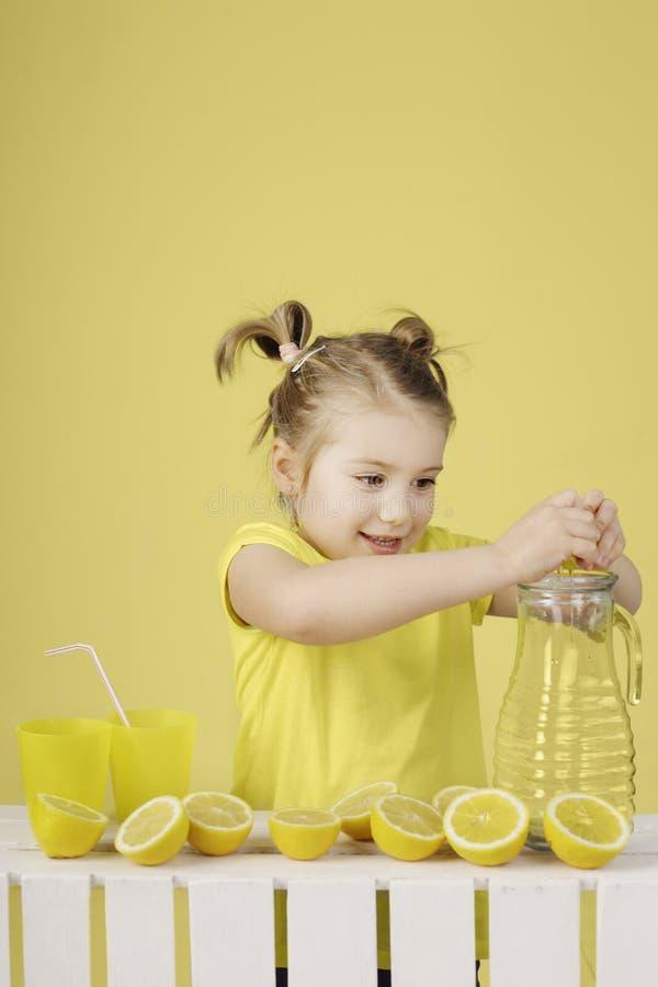 Wanneer het leven u geeft maken de citroenen een limonade royalty-vrije stock foto's
