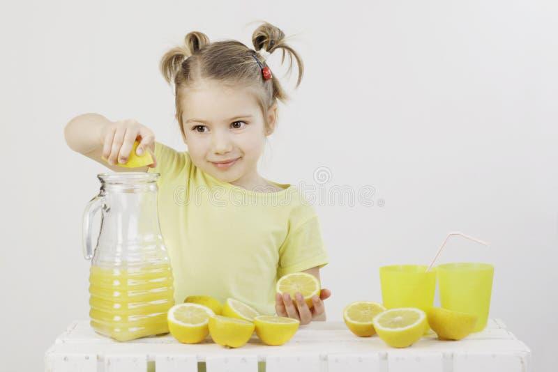 Wanneer het leven u geeft maken de citroenen een limonade royalty-vrije stock foto