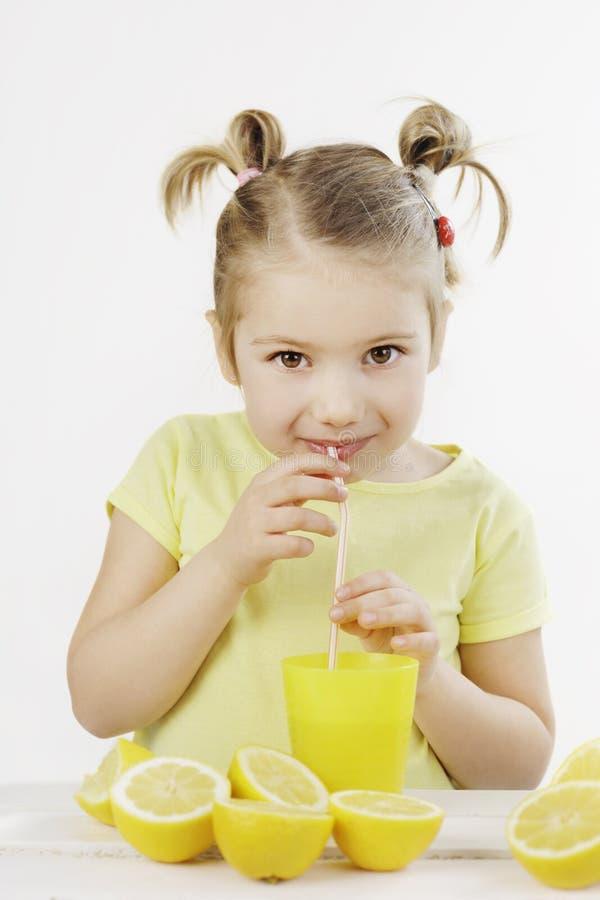 Wanneer het leven u geeft maken de citroenen een limonade stock afbeeldingen