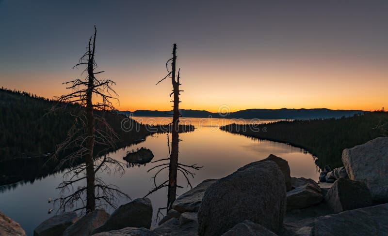 Wanneer het zijn omhoog bij zonsopgang is de moeite waard - Emerald Bay Lake Tahoe stock foto