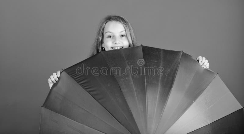 Wantowy pozytyw chociaż deszczowy dzień Jaśnieje w górę życia Dzieciaka zerknięcie za kolorowym tęcza parasolu Barwi Twój życie D obrazy stock