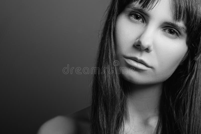 Wantrouwend ontgoocheld verward meisjesportret stock foto's