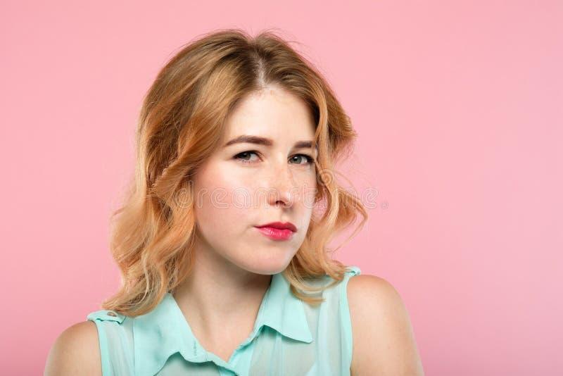 Wantrouwende kijkt de emotie verdachte dubieuze vrouw stock afbeeldingen