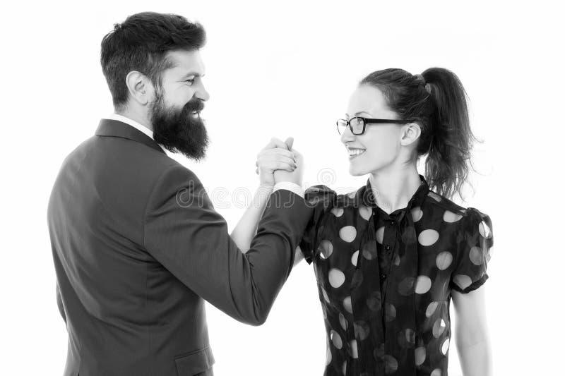 Wapen worstelend paar Confrontatie in bureau Nederlaag en overwinning zakenman en bedrijfsvrouwenleiding stock foto