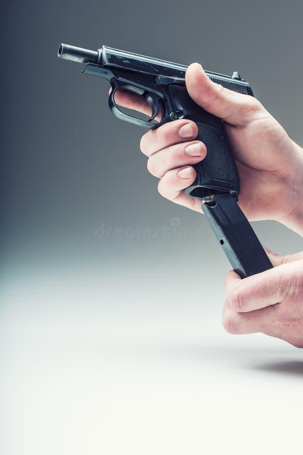 Wapenkanon De hand die van mensen een kanon houden 9 mmpistool stock fotografie