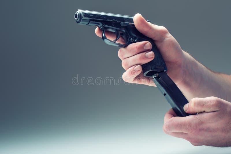Wapenkanon De hand die van mensen een kanon houden 9 mmpistool royalty-vrije stock foto