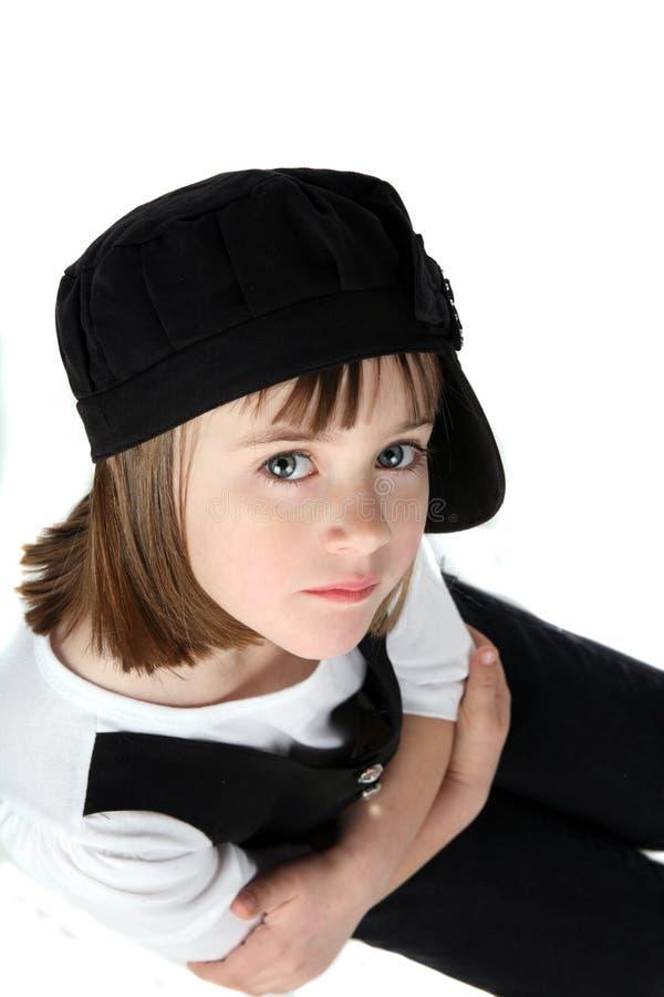 Wapens gekruist meisje in zwarte hoed royalty-vrije stock fotografie