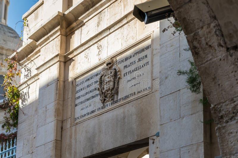 Wapenschild over de ingang aan Kerk van de Veroordeling en de Heffing van het Kruis dichtbij Lion Gate in Jeruzalem, Israël stock fotografie