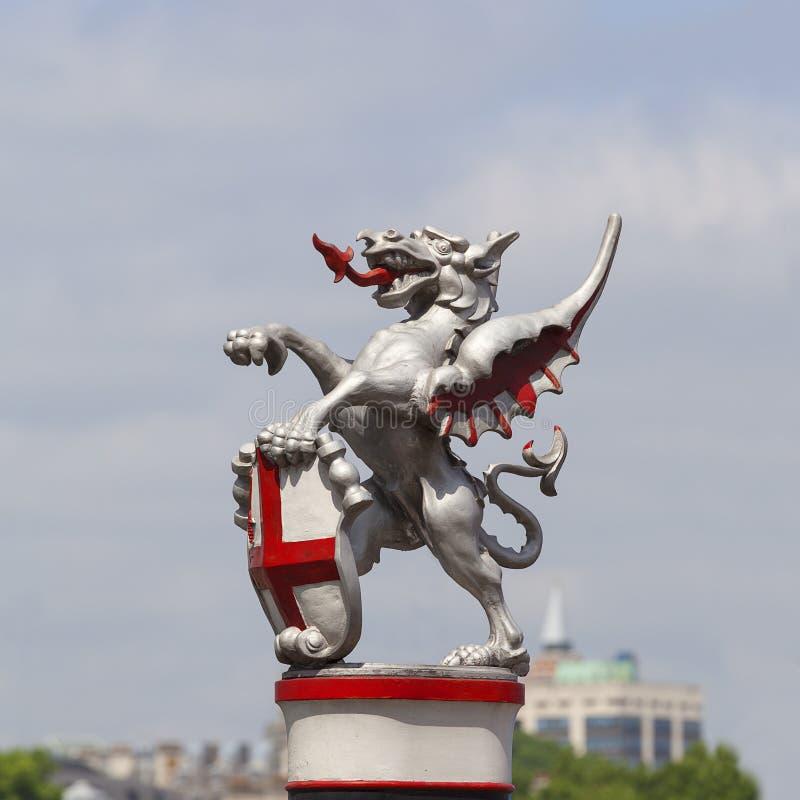Wapenschild van de Stad van Londen, de teller van de stadsgrens: enige ijzerdraak die een schild, Londen, het Verenigd Koninkrijk royalty-vrije stock foto's